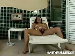 Leia Exposes Her Thick Bush